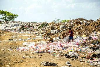 Een hoop afval met een onderschuldig kind